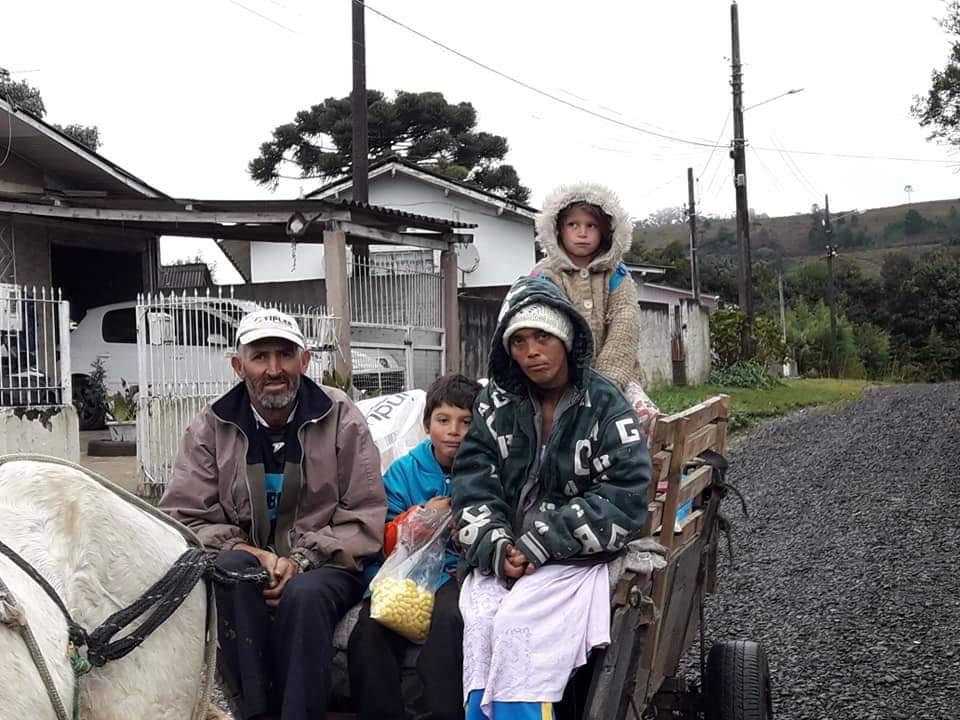 Flex doa mais de mil roupas para famílias carentes da região serrana